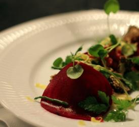 Oksetatar med rødbede, peberrod og urter