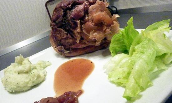 Braiseret svineskank med grøn kartoffelmos, konfiterede løg og ølglace