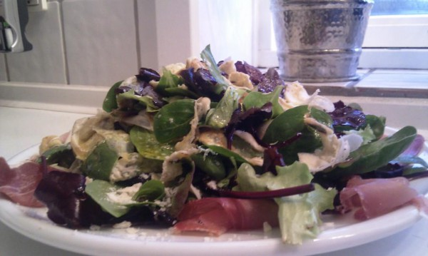 Heftig salat med bresaola, æggestrimler og chili