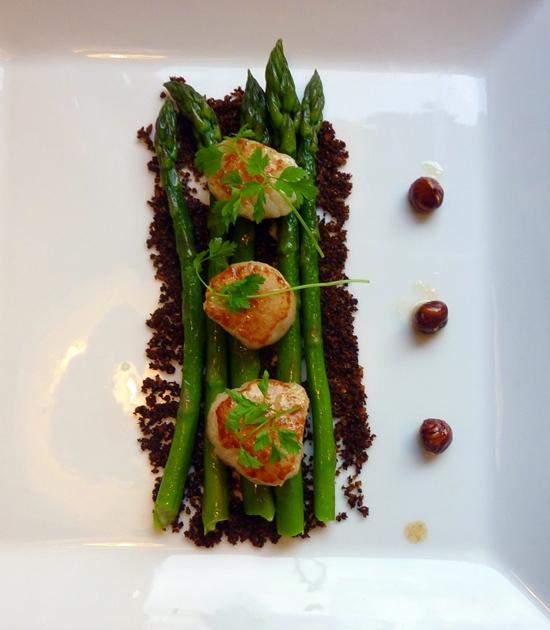 Asparges med kammusling, urtecrumble og brunet smør