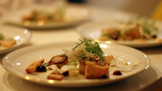 Stegt kammusling, nødder, blomkål, brunet smør, crouton og kørvel