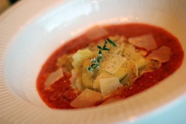 Ravioli og parmesan på verdens bedste tomatsauce