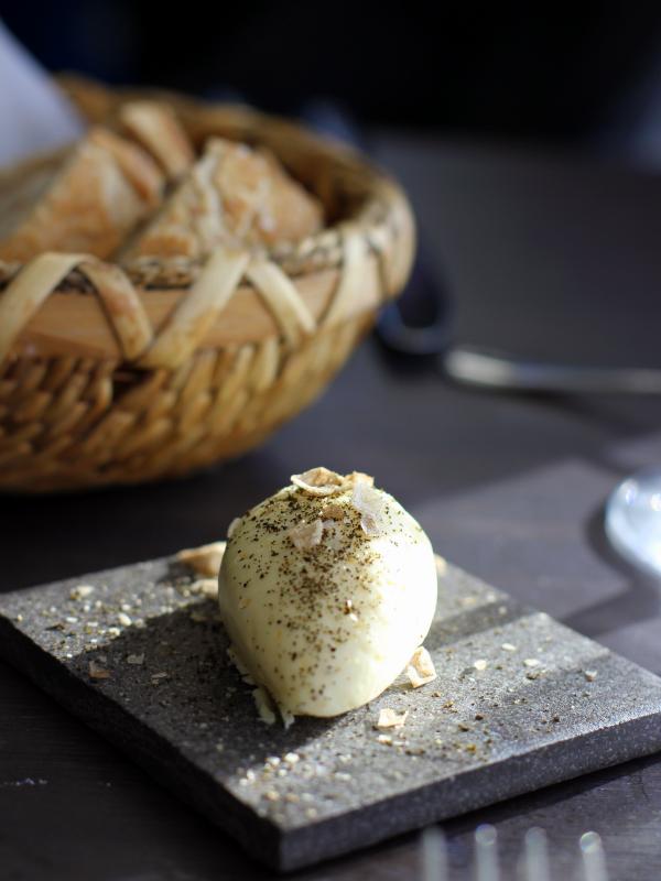 Smør rørt med fløde og tilhørende brød...