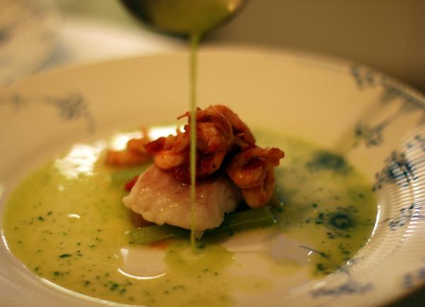 Dampet torsk med rabarber, selleri og let grøn bouillon