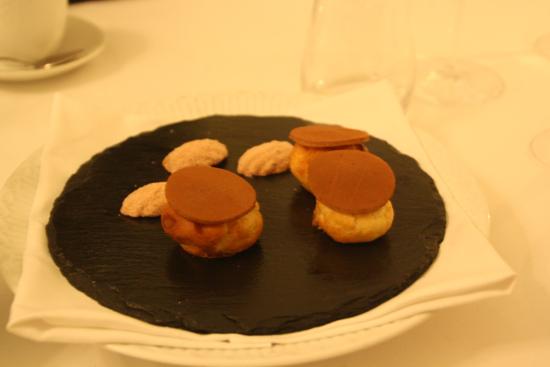 Bagt hvid chokolade og profiteroles til at runde aftenen af på.