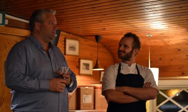 Mikkel Marschall (th) i selskab med aftenens vært.