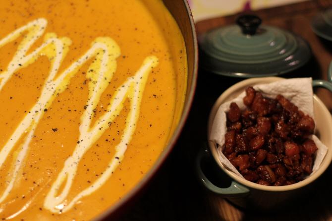 Græskarsuppe med creme fraiche og bacon