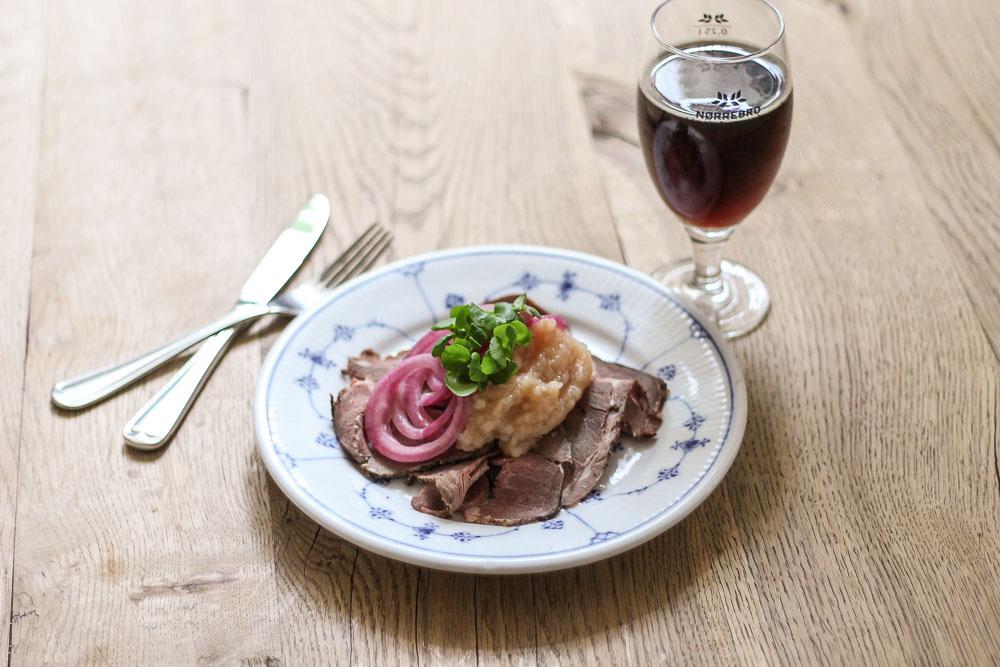 Påskefrokost: Roastbeef af lam, creme af ovnbagte æbler og syltede rødløg