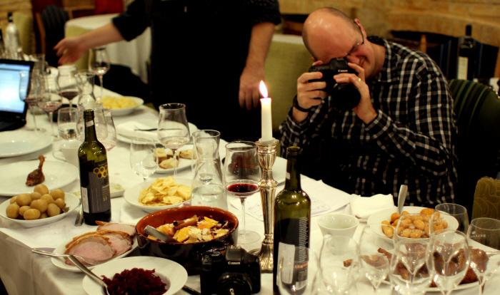 Typisk billede af madbloggere i aktion!