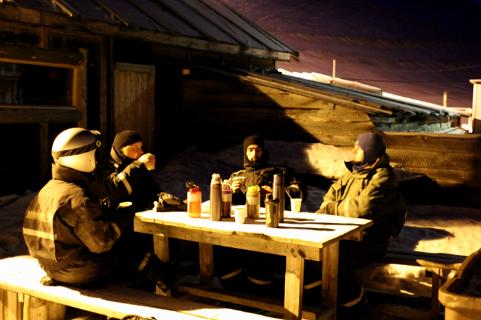 En velfortjent pause i basecamp - aldrig har købesmåkager og frysetørret kaffe smagt så godt!