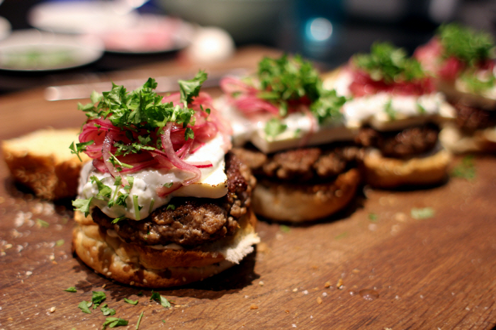 Påskemad: Lammeburger med feta og syltede løg...