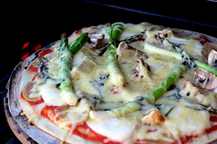 Forårsmad: Kartoffelpizza - rosmarin, mozzarella og emmentaler