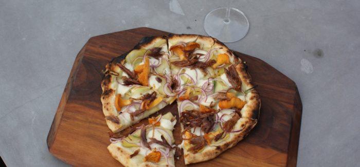 Hjemmelavet stenovnspizza med kartofler, kantareller og confiteret and