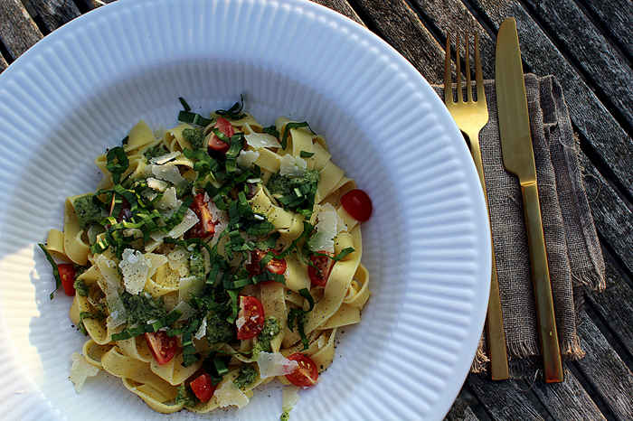 Den hurtige scoremiddag: Frisk pasta med Ramsløgspesto