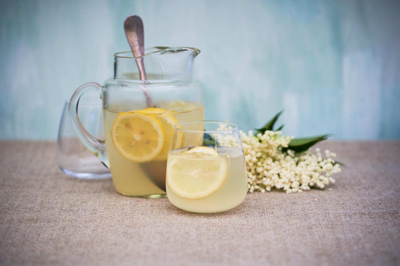 Hjemmelavet hyldeblomstsaft - opskrift på nem, lækker og læskende sommersaft
