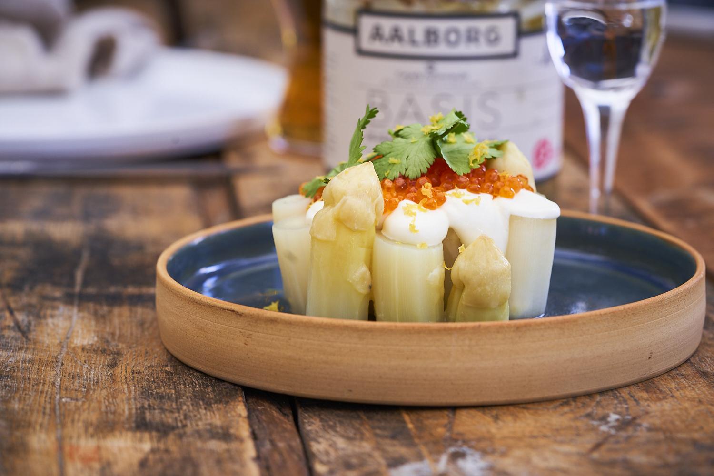 Hvide asparges med røget creme fraiche og rogn